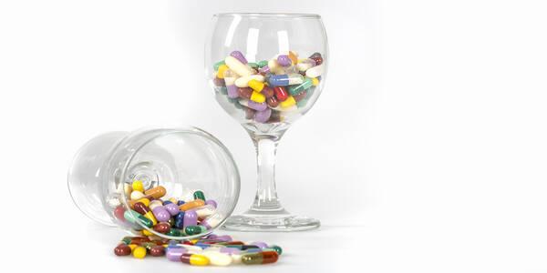 Antibiotica en alcohol in een wijnglas